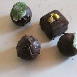 Pralinenfüllungen aus Nougat, Erdbeercreme mit einen Hauch Single Malt 12 Jahre alt, Rosmarin- und Salbeicreme