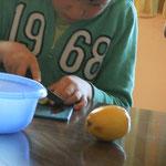 Zitronen für die Limonade schneiden