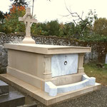 monument funéraire, croix avec couronne de roses sculptées