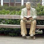 Im ersten Moment denkt mal wirklich, dass dort ein echter Mensch auf der Bank sitzt und liest.