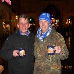 Glühwein vor einem Tor in München. Klaus überlegt noch, welches...