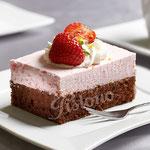 Erdbeersahneschnitte auf feinem Schokoladenrührteig