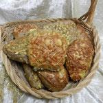 Fitness Brötchen. Herzhaftes Körnerbrötchen mit Kürbiskernen und Käse überbacken