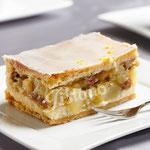 Wienerapfelschnitte mit Mandeln, Rosinen und Zimt abgeschmeckt