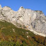Vom Hochkamp über die verfallene Grubenalm kommend muss man sich den besten Weg durch die Latschen suchen. Am finalen Geröllfeld steigt man am besten auf der linken (Wand-)Seite auf.