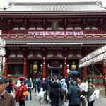 浅草寺、大荒れの天気の中(^^;)