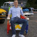 sogar der Moderator vom Schweizer Fernsehen, Michael Weinmann, hat Platz genommen auf den Stühlen