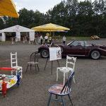 immer wieder stellten wir die Stühle um, im Hintergrund das wohl grösste Auto am Areal