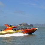 Touristenattraktionen: Rocket Boat und im Hintergrund Alcatraz