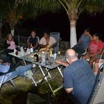 Die gemütliche Runde (v. l. n. r.): Reinhard, Nobbi, Otto, Jutta, Mechanikerhelfer, Manuel, Manuels Bruder, dessen Frau, Phillipe, Susan, Eric