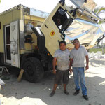 Links unser Mechaniker (in Flip-Flops!!!), rechts Juan, der selbst eine Pkw-Werkstatt am Ort betreibt und uns den Spezialisten vermittelt hat