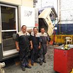Unser Chefmechaniker (links) und sein Assistent (rechts), deren Kollege in der Mitte