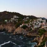 """Blick auf die Bucht und den """"Quebrada"""" (ziemlich genau in der Mitte), den Felsen, von dem die Klippenspringer abtauchen"""
