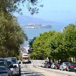 Cable Car, im Hintergrund wieder Alcatraz