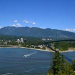 Blick vom Stanley Park nach West Vancouver, rechts die Lions Gate Brücke