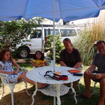 Gemütlicher Plausch in Arturos Garten: Lisa (Arturos Nichte), Raquel (auch seine Nichte), ich und Nobbi (v. l. n. r.)