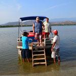 Halt an einem kleinen Restaurant auf einer Insel im See