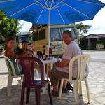 Pause mit Trixi und Martin kurz vor Tikal