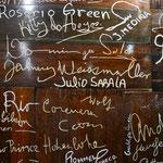 Auch hier jede Menge Autogramme von Hollywood-Berühmtheiten