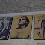 Jede Menge Promi-Bilder und Autogramme am Eingang des Hotels