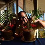 """Susan und Eric mit Coco Loco's, ein Cocktail aus frischem Kokosnusswasser mit Rum - das Getränk wurde hier im Flamingo Hotel """"erfunden"""""""