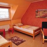 großes Zimmer vorne - 2 Einzelbetten oder als Doppelbett zusammengestellt