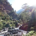 im Tal wird der Fluss überquert