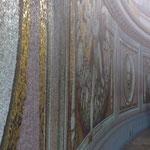 die Mosaike auf halber Höhe