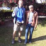 Kunde Martin und sein Träger Surwas - der Held ist rechts auf dem Bild!