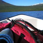 mit dem Boot geht es über den See