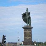königliche Statue im Hafen