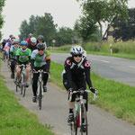 ein Rennrad-Team holt uns ein