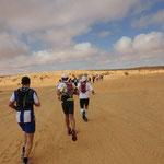 lang zieht sich der Marathon in der Wüste