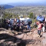 Tonnen werden den Berg hochgeschafft