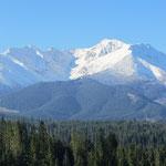die Gipfel sind durch den Neuschnee weiss