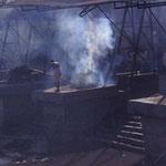 Hindus verbrennen ihre Toten am Fluss