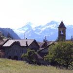 Dorf mit Berg