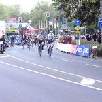 Danach kommen die Einradfahrer