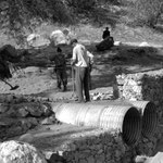 Hommes employés au busage de l'oued Syen
