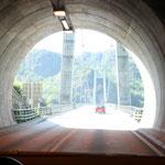 Vom Tunnel direkt auf die Brücke, die über den Fedafjord führt