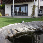 Aussenansicht mit Teich und Garten