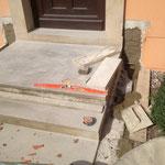 En cours d'intervention ( démontage, nettoyage des marches, réutilisation  et taille en réemploi de la pierre des deux couvres murs)