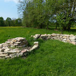 2013 errichtete Trockenmauern im Naturgarten Vörstetten