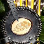 4.009 Scrimshaw in Leder eingearbeitet