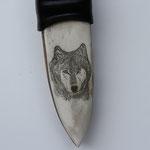 4.002 Wolf auf Rinderknochen