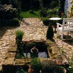 Der idyllische Garten lädt zur Entspannung in den Seminarpausen ein