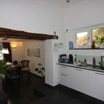 Moderne Küche mit Durchgang zum Esszimmer
