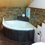 Gestalten von Badezimmer und einbringen von Holz