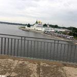 Au bord de la Kostroma, le monastère où nous nous rendons.