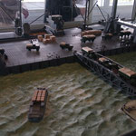 Les maquettes ;  un véhicule en panne était poussé à la mer !